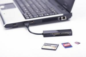 Czytnik kart 4-portowy USB 3.0 SuperSpeed (Compact Flash, SD, Micro SD/SDHC, Memory Stick), czarny